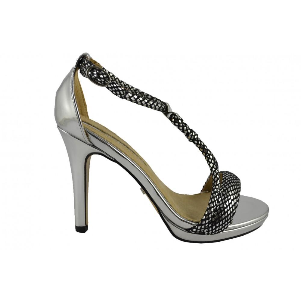 Sandalias negro recién se presentan para su opción. Perfectamente puede coincidir con sus hermosos vestidos. Escándalos de plata son también especialmente que te presenten a usted porque la plata es el último color de moda esta próxima temporada.